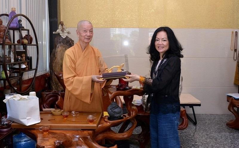 Bà Nguyễn Thị Thanh Thủy trao tiền cúng dường